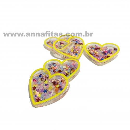 Aplique Coração em Acrílico com BORDA AMARELO E ESTRELINHAS COLORIDAS 3,2x3,7cm  Ref:  TCAC1